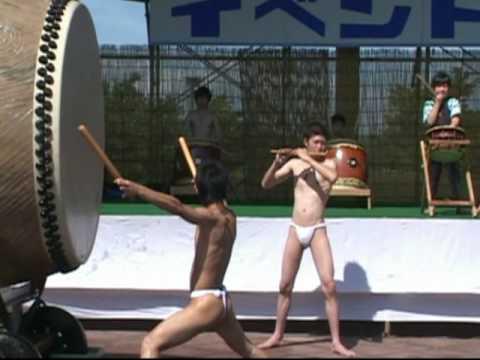 筑西市 下館若囃太鼓 耐水大太鼓を使い砂沼サンビーチで若三切りを演奏