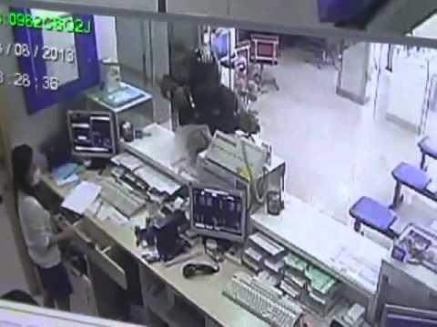 ภาพกล้องวงจรปิด โจรเมืองชลเหิมควงปืนชิงเงินเแบงก์กรุงเทพกวาดนับแสน