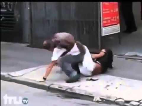 Cô gái đánh nhau với đàn ông bạo lực