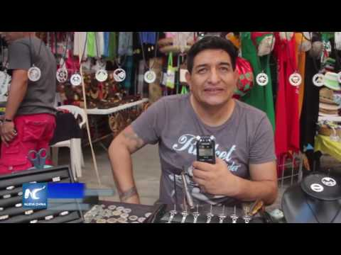 Nota para Xinhua, Artesano crea monedas en mercado 28