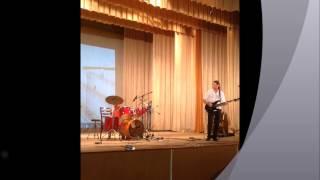 Ребенок 7 лет, играет на барабанах, на сцене впервые