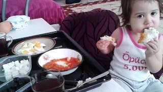 Gambar cover Parmaklarıyla yemek yiyen bebek