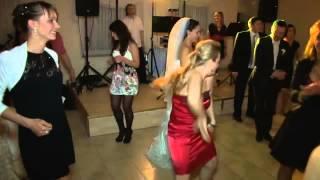 Дама в красном отлично зажигает на свадьбе