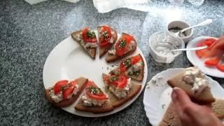 Очень вкусная закуска-бутерброд с помидорами, салатом с майонезом, зеленью всего за 5 минут!