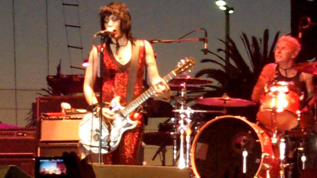 Miley Cyrus honours Joan Jett with half-naked performance