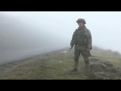 Из Еревана беженцы под охраной российских миротворцев возвращаются в Нагорный Карабах.