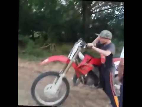 Niño loco se sube a motocross. Es todo un loquillo