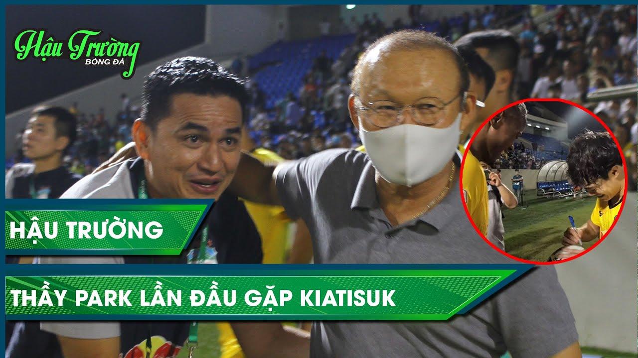 Thầy Park xuống sân chúc mừng Kiatisuk, Brandao giúp CĐV nhí xin chữ ký Văn Toàn