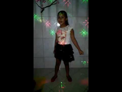 Menina de 6 anos canta Nayara Azevedo 50 reais