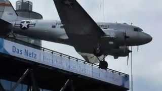 Ein US Bomber auf den Dach in Berlin