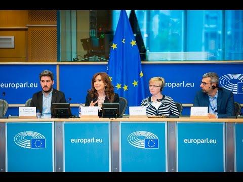 Cristina Kirchner con eurodiputados del Bloque GUE/NGL en el Parlamento Europeo