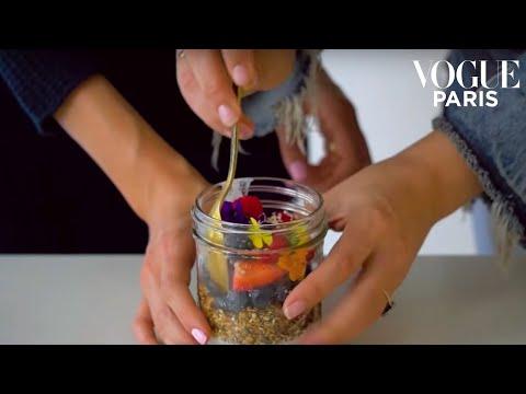 Sun-kissed Berry Crumble: Sakara Life's ultimate healthy breakfast | VOGUE PARIS