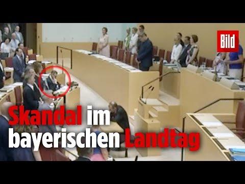 AfD-Politiker bleibt während Gedenken an Walter Lübcke sitzen!