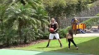 Хамес играет в баскетбол