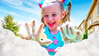 Stacy und Papa reparieren ein Spielhaus für Kinder