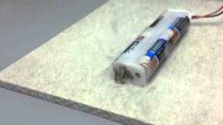 Vier AA-Batterien - Kurzschluss-Gefahr