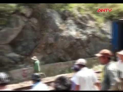 Tông vào đá, tàu hỏa trật khỏi đường ray tại Quảng Ngãi