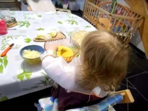 bébé-de-20-mois-qui-cuisine-!