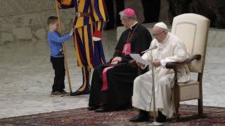 Junge stört Papst-Audienz: Zupfen an der Schweizergarde
