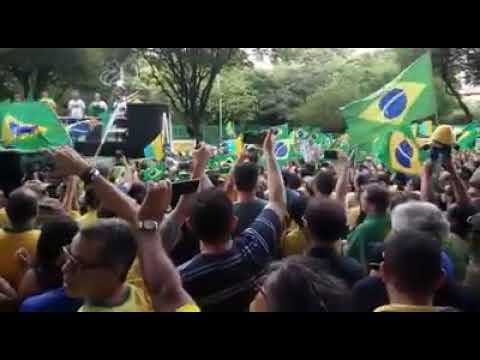 Multidão canta hino nacional antes de manifestação a favor de Bolsonaro em Natal