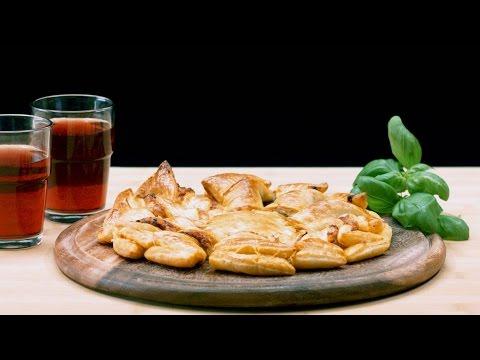 Blätterteig-Pizza-Sonne mit rotem Pesto, Mozzarella und frischem Basilikum