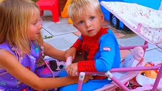 Эльвира и Райан игры в маму и малыша, как кукла