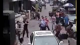 【中国】ひったくり犯フルボッコ Chinese Snatchers bashed by citizen