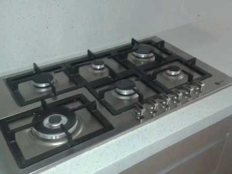 Cocina integral puertas en cristal color templado youtube - Puerta abatible cocina ...