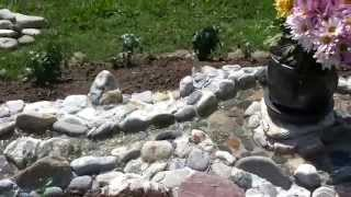 Bachlauf mit Steinen in Beton