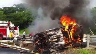 Se incendia vehículo en el libramiento de Zihuatanejo-Pantla