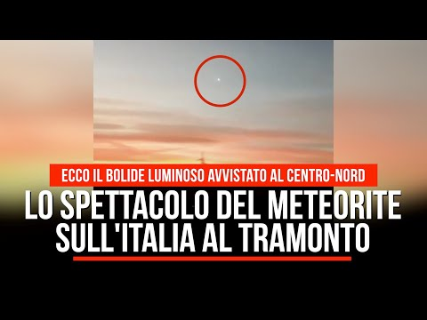 Lo spettacolo del meteorite sull'Italia al tramonto