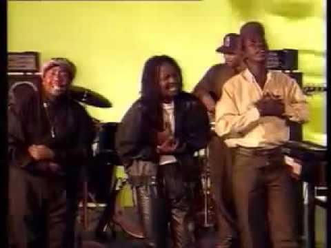 Lucky Dube Band Slaves : Usizi