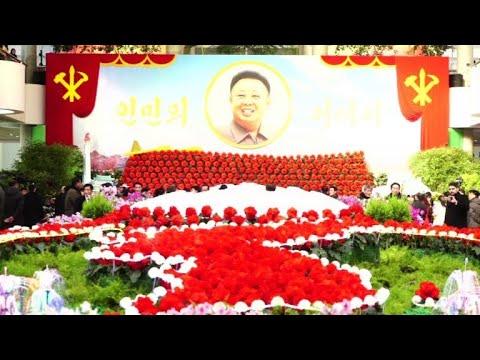 Des Nord-Coréens assistent à un festival de fleurs à Pyongyang