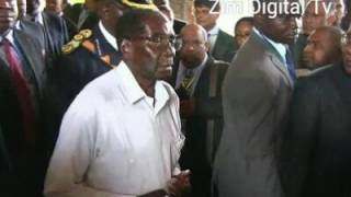 Pres Robert Mugabe looking tired pictures in Mauritius went viral