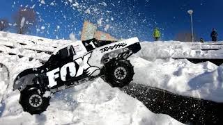 Зима, приходи! Убиваем Traxxas Slash 4x4 со скоростью 240 кадров в секунду