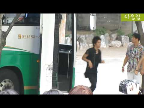 [fancam] 100804 SHINee get off from coach @ Daegu signing