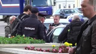 В Москве задержали активистов, которые принесли плакаты с ЛГБТ-слоганом под посольство США