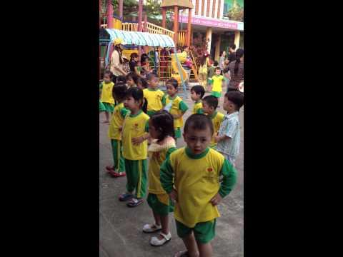 Bảo Châu tập thể dục buổi sáng ở trường mầm non Hoa Hồng 14/12/2012