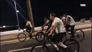 شاهد رد فعل السيسي على شكوى شاب خلال جولته على دراجة هوائية بالعلمين الجديدة