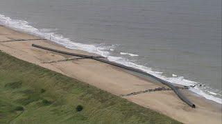 想像の遥か上空をいくギガント感。超巨大サイズのプラスチックパイプが海岸に流れ着いて大騒ぎ(イギリス)