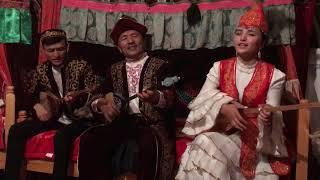 カザフ民族の親子によるドンブラの演奏