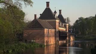 Amerongen: bovenpolder, dorp en kasteel in de vroege ochtend.