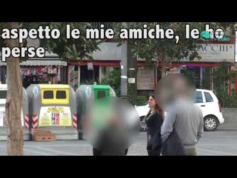 Finta ubriaca chiede aiuto in strada a Napoli: gli uomini cercano di molestarla