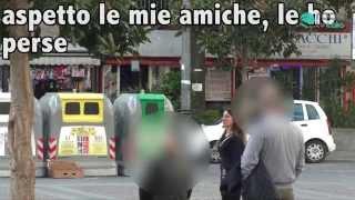 finta ubriaca chiede aiuto in strada a napoli gli uomini cercano di molestarla