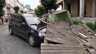 У Коломиї огорожа впала на припаркований автомобіль