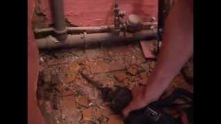видео Как снять старый унитаз: технологические правила демонтажа