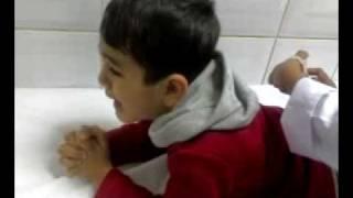طفل يطقونه  ابره ويبكي ويقرأ قرآن