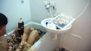 Прикол Японец в ванне Кока-колы с ментосом