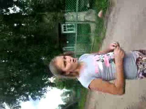 Девушка мнет жирное пузо 2 фотография
