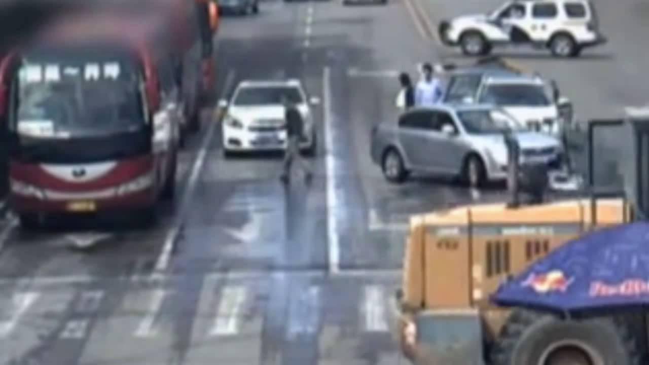 Cận cảnh xe ủi điên tấn công người trên phố Trung Quốc